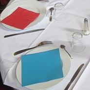 Serviettes bleu, nappe blanche, serviettes rouge...